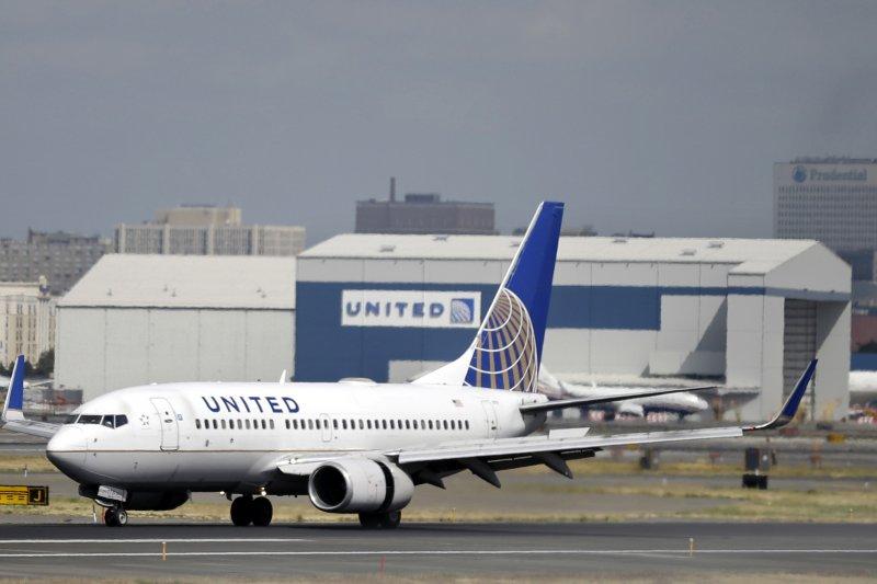 美國聯合航空因為禁止兩名穿著緊身褲的女性上機遭到砲轟。(美聯社)