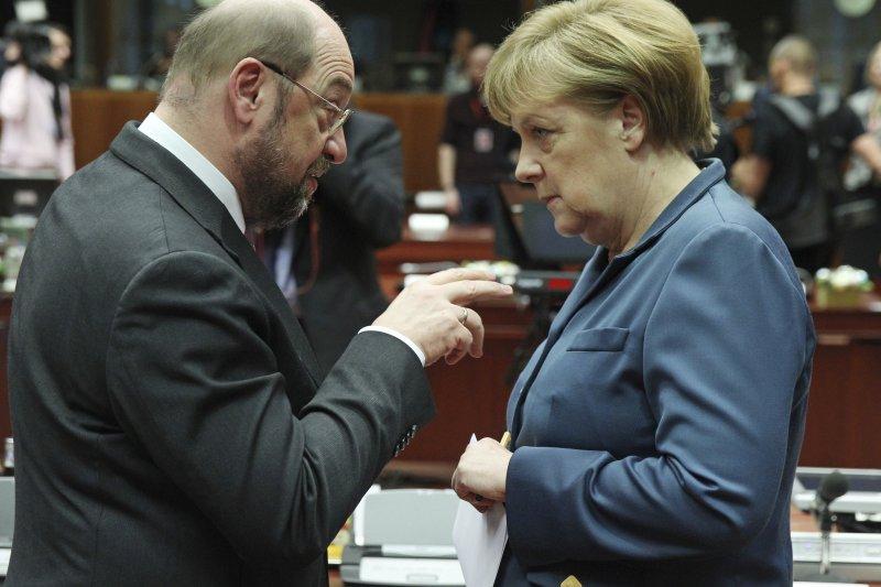 今年9月,前歐洲議會議長舒爾茨(左)將代表社民黨,迎戰現任總理梅克爾(右),問鼎總理大位(AP)
