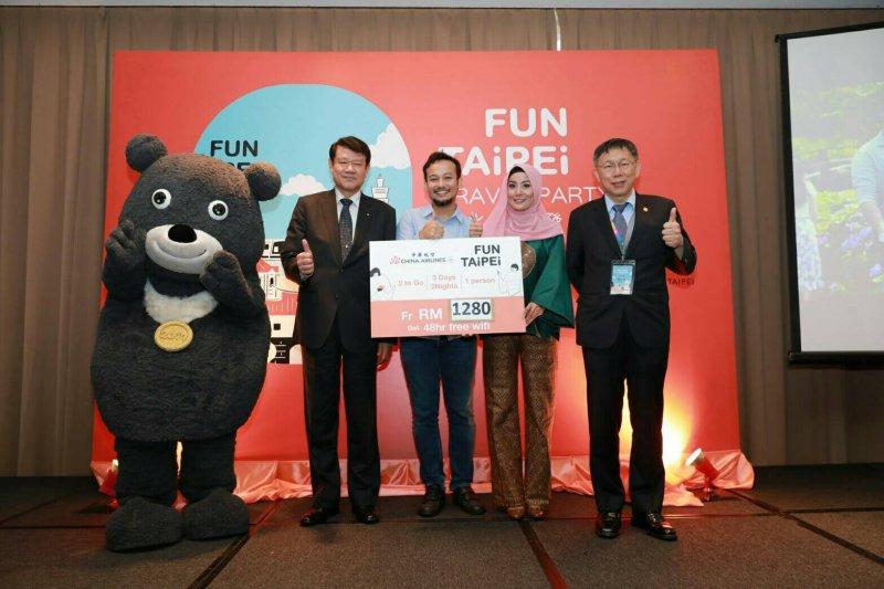 台北市長柯文哲27日率北市府團隊出訪馬來西亞,與馬來西亞雪蘭莪州務大臣拿都斯理阿濟茲敏阿里簽署三項合作備忘錄(MOU)。(台北市政府提供)