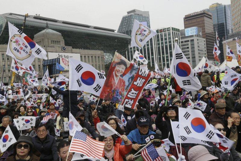 支持朴槿惠的群眾。(美聯社)