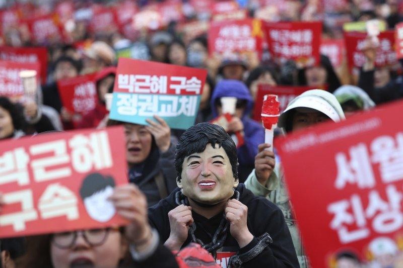 反對朴槿惠的群眾要求檢方立刻將其逮捕。(美聯社)