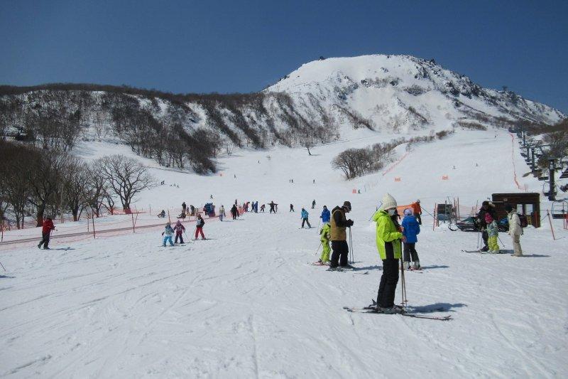 日本栃木縣那須溫泉的家庭滑雪場。(翻攝那須温泉ファミリースキー場臉書)