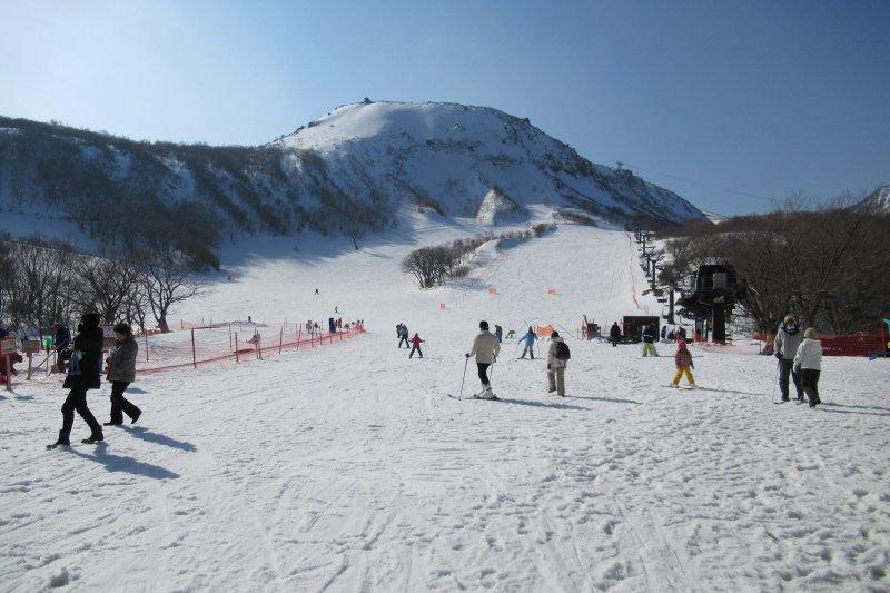 讓小孩從玩中學,把寒假當成一段親子共享的學習旅程。圖為日本栃木縣那須溫泉的家庭滑雪場。(翻攝那須温泉ファミリースキー場臉書)