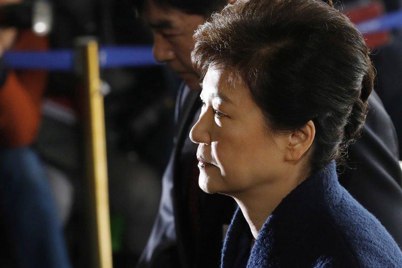 南韓前總統朴槿惠27日遭檢察官聲請逮捕,這是她21日接受檢方傳訊時的落寞神情。(AP)