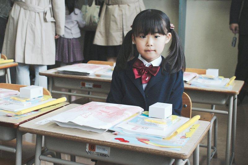 老師的一句讚美,對出身良好的小孩沒什麼影響,但對弱勢的小朋友卻截然不同。(圖/MIKI Yoshihito@Flickr)