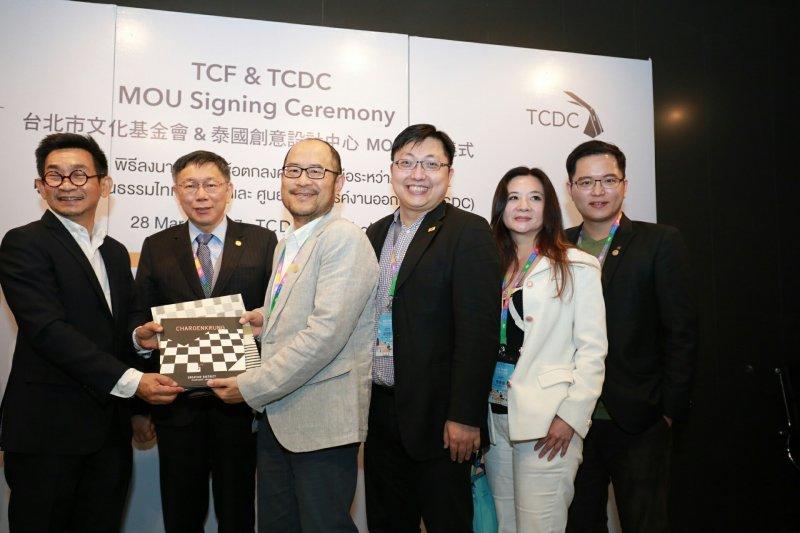 臺北市長柯文哲率領的臺北參訪團28日下午參訪泰國創意設計中心(TCDC),並與泰方簽訂合作備忘錄(MOU),右為文化局長鍾永豐。(台北市政府提供)