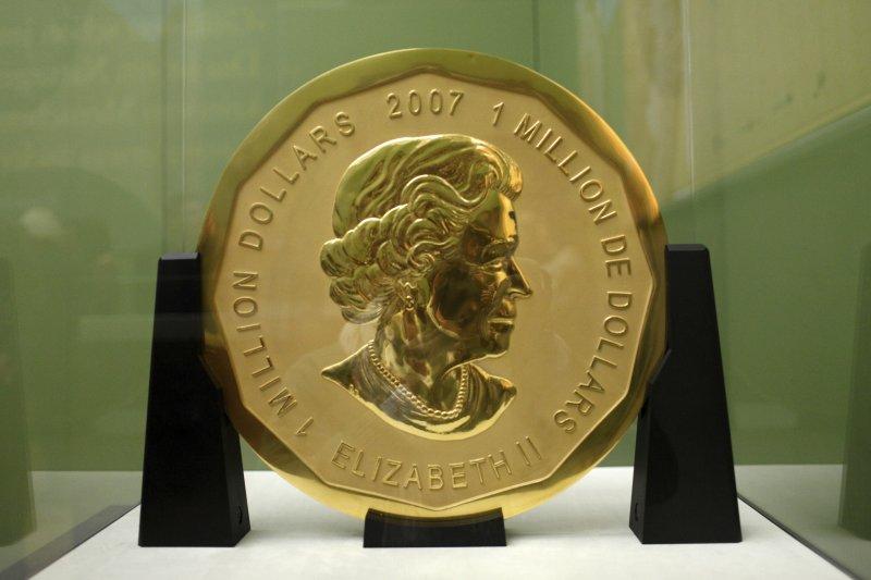 重達一百公斤的加拿大楓葉巨型金幣。(美聯社)