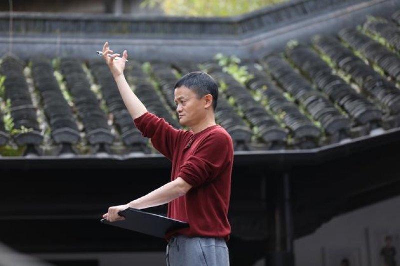 馬雲在湖畔大學開講(取自中國新浪科技網)