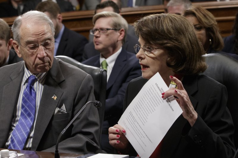 民主黨籍的資深參議員范士丹(右)拿出歷任大法官名單(AP)