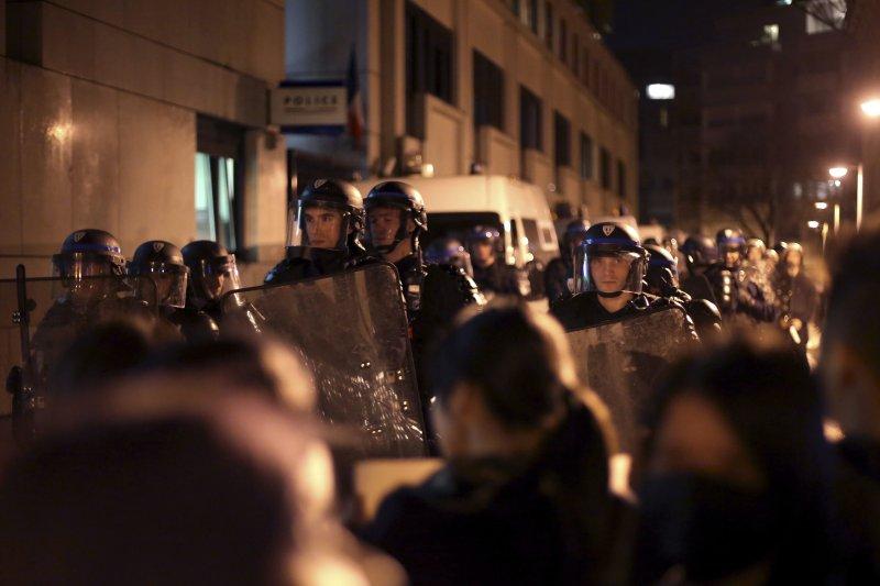 巴黎19區連日出現大批華人抗議。(美聯社)