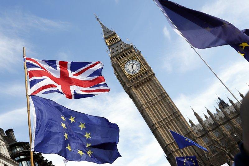 英國脫歐正式啟動,支持留在歐盟的民眾上街抗議。(美聯社)