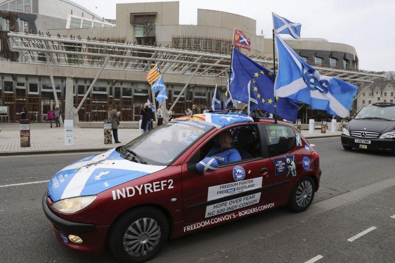 蘇格蘭議會28日投票表決是否批准再次舉辦獨立公投前夕,蘇獨支持者開車經過蘇格蘭議會前方(AP)