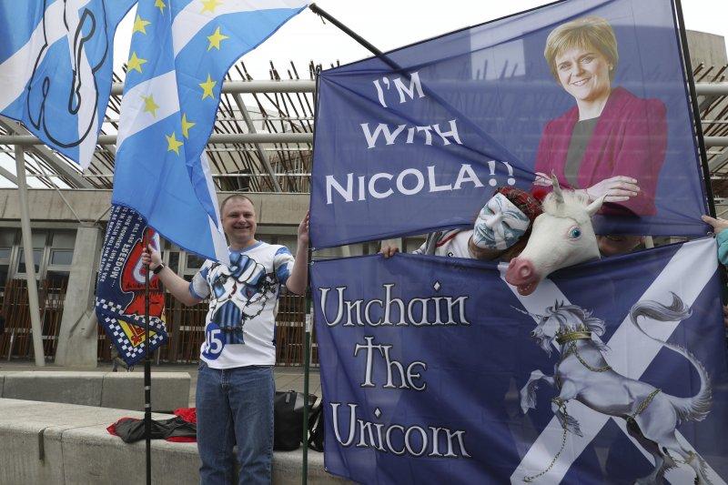 蘇格蘭議會28日投票表決前,蘇獨支持者在蘇格蘭議會前方舉旗以示支持(AP)