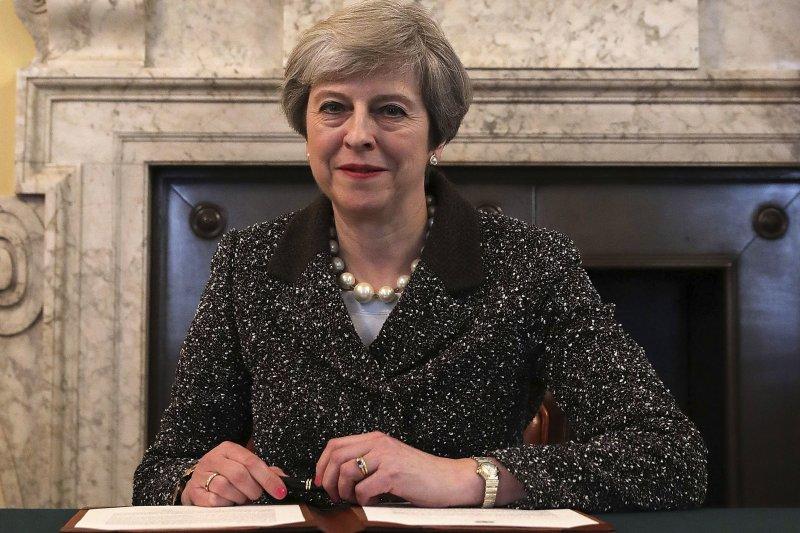 英國首相梅伊簽署給歐盟的正式脫歐通知書。(美聯社)