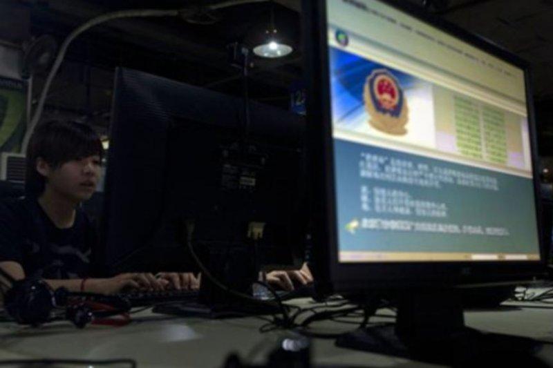 在北京一家網吧,電腦螢幕展示著必須正確使用網絡的警方告示(美國之音)