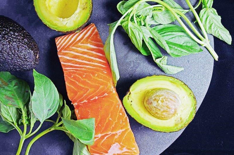 在家也能輕鬆料理的鮭魚料理,配上酪梨醬讓人回味無窮。(圖/Jeff