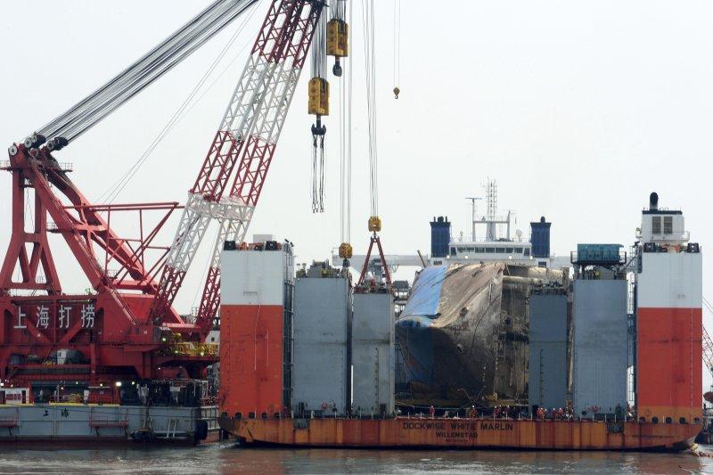 目前還停放在「白色馬林魚」半潛船上的世越號。(美聯社)