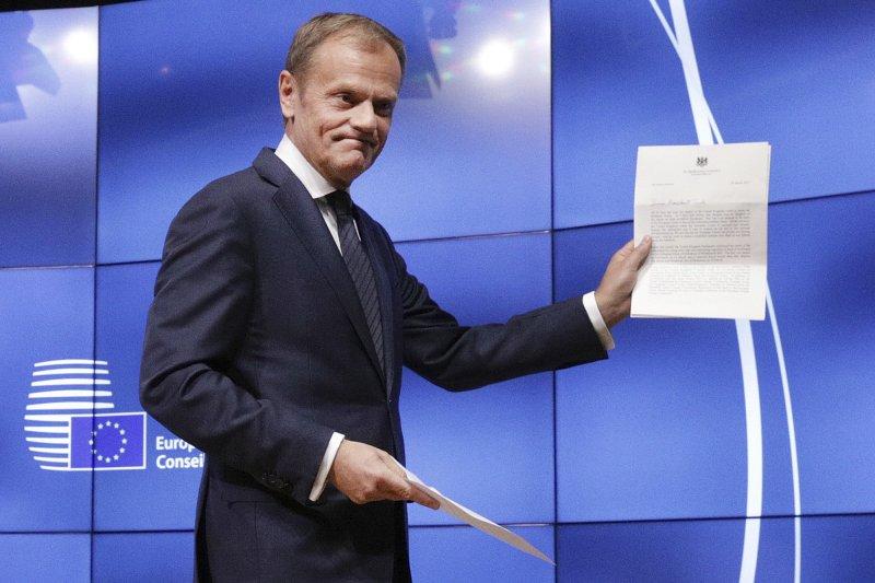 歐洲理事會主席圖斯克展示英國的正式脫歐通知書(AP)