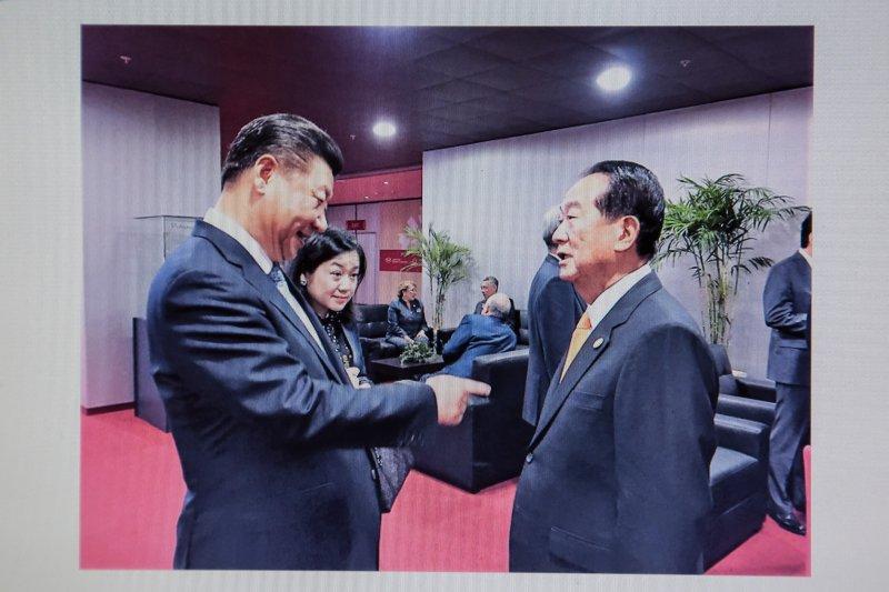 20170330-親民黨主席宋楚瑜出席APEC大會時,與中共主席習近平交談畫面。(翻攝畫面)