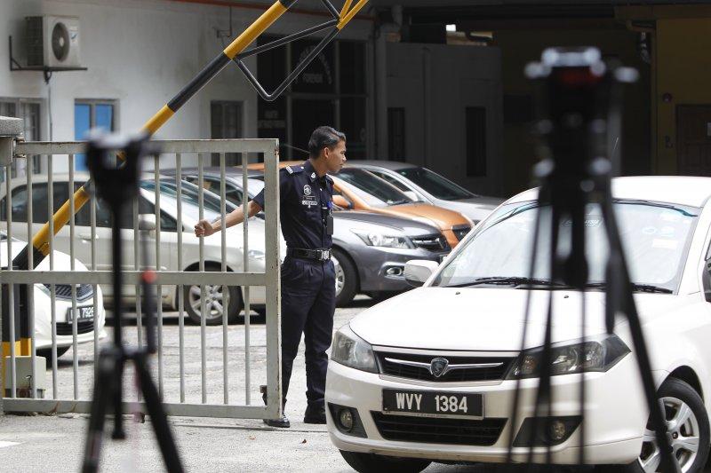 北韓駐馬來西亞大使館內有車輛駛出,據信2名躲在裡面的金正男刺殺案嫌犯被遣返回北韓(AP)