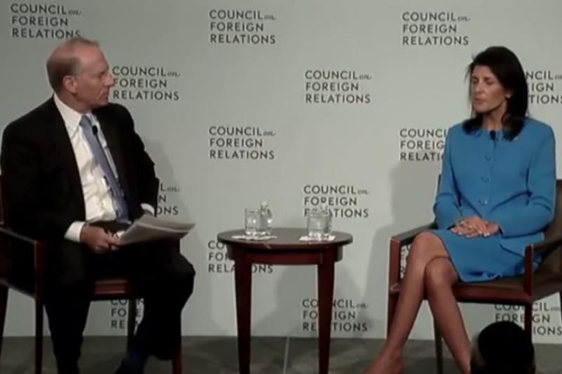 美國駐聯合國大使海莉回答外交關係協會會長哈斯的提問。(美國之音)
