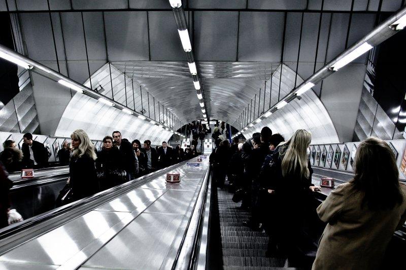 倫敦人也和台北捷運一樣,搭乘手扶梯時習慣靠右站。(圖/Hernán_Piñera@flickr)