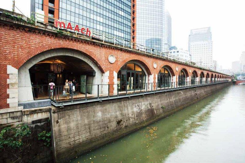 沿著神田川畔連續的紅磚拱門「mAAch ecute 神田萬世橋」。河川沿岸還設置了木製的「親水甲板」。(攝影/西田香織,麥田初版提供)