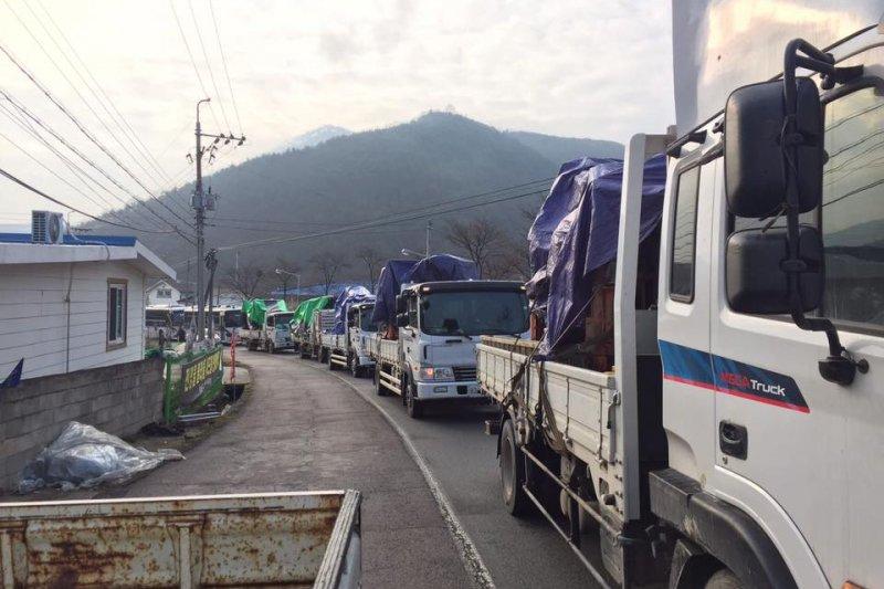 試圖進入薩德部署用地實施測量施工的卡車遭到當地民眾阻攔。(翻攝阻止薩德部署全國行動臉書)