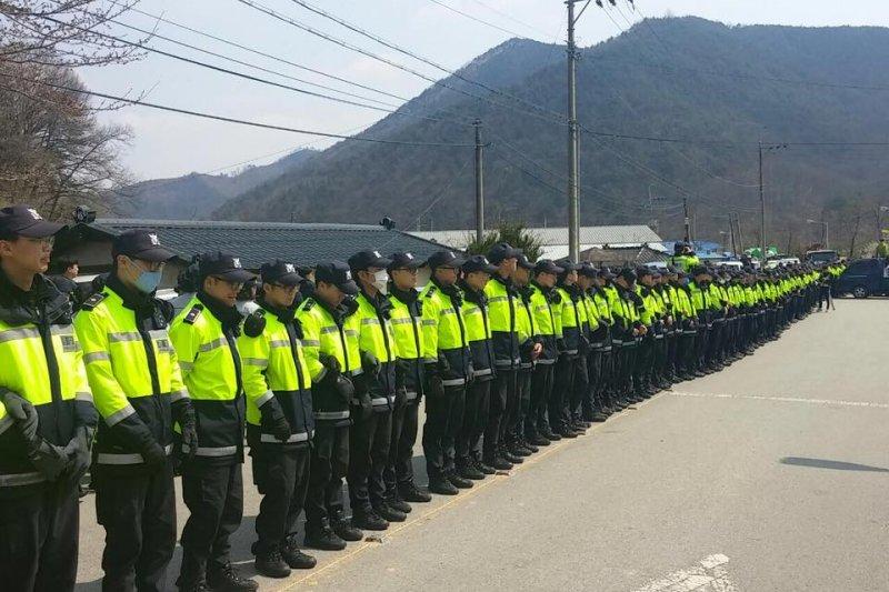 南韓出動大批警力,希望能夠完成在星州郡的薩德環評作業。(翻攝阻止薩德部署全國行動臉書)