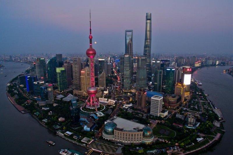 儘管中國不顧一切繼續推出刺激方案,但在全球經濟持續走衰之際,眼前還有一個更大的危機,僅次於前所未有的債務與金融資產泡沫與中國的債務與基礎建設泡沫。(資料照,新華社)