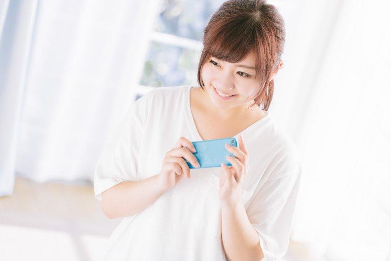 「控油」化妝品究竟是消除表面油膩感,或是從皮膚底層抑制油脂分泌?讓專家來講解(示意圖/pakutaso)