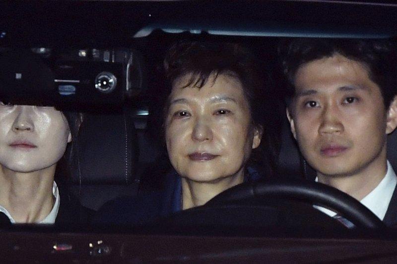 2017年3月31日,南韓前總統朴槿惠(中)遭檢方逮捕,移送京畿道義王市首爾看守所(AP)