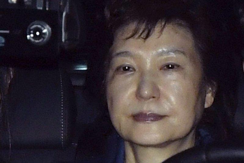 2017年3月31日,南韓前總統朴槿惠(左)遭檢方逮捕,移送京畿道義王市首爾看守所(AP)