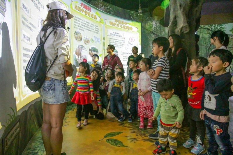 春遊方案出爐,新竹縣還加碼六福村門票,圖為六福村遊樂園全新開放生態教育館,以遊戲方式讓大小朋友了解動物習性。(圖/新竹六福村樂園提供)