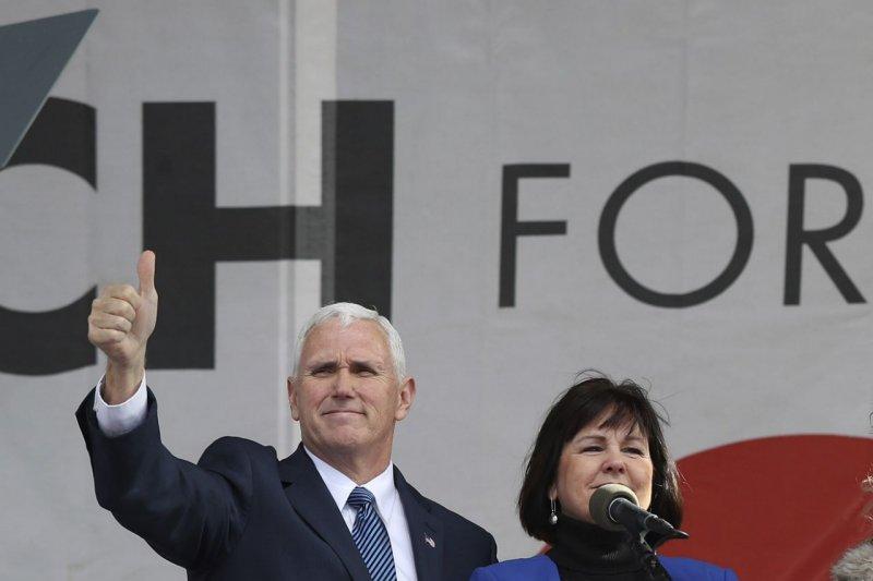 今年1月,美國副總統彭斯與妻子一起參加反墮胎的「為生命而走」大遊行(AP)