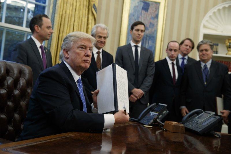 美國川普總統1月簽署行政命令,重啟極度嚴格的墮胎禁令(AP)
