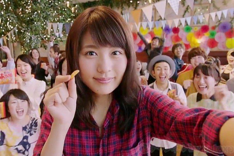 醬油烤香酥脆的米菓,是日本人很愛拿來配酒的零食。(示意圖/翻攝自youtube)