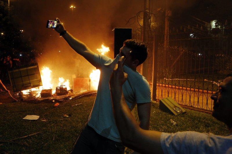 巴拉圭總統卡提斯(Horacio Cartes)企圖修憲取得連任資格,憤怒民眾3月31日攻進國會,大肆縱火破壞。(AP)