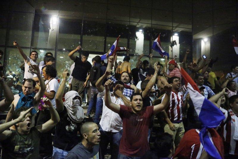 巴拉圭總統卡提斯(Horacio Cartes)企圖修憲取得連任資格,憤怒民眾3月31日攻進國會抗議。(AP)