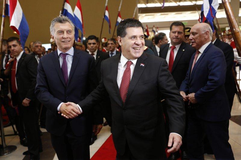巴拉圭總統卡提斯(Horacio Cartes,中)企圖修憲取得連任資格,引爆全國示威抗議。(AP)