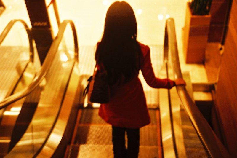 中華醫事科技大學34歲的應屆畢業生何珮慈,10歲時被檢查出罹患糖尿病導致視力退化;22歲全盲後雖一度消沉,但仍奮起逐夢,故事勵志。(示意圖非本人取自chia ying Yang@flicker)