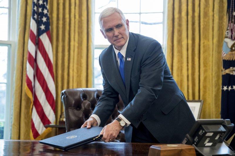 川普不願回來簽字,副總統彭斯只得尷尬地回來拿尚未簽署的文件。(美聯社)