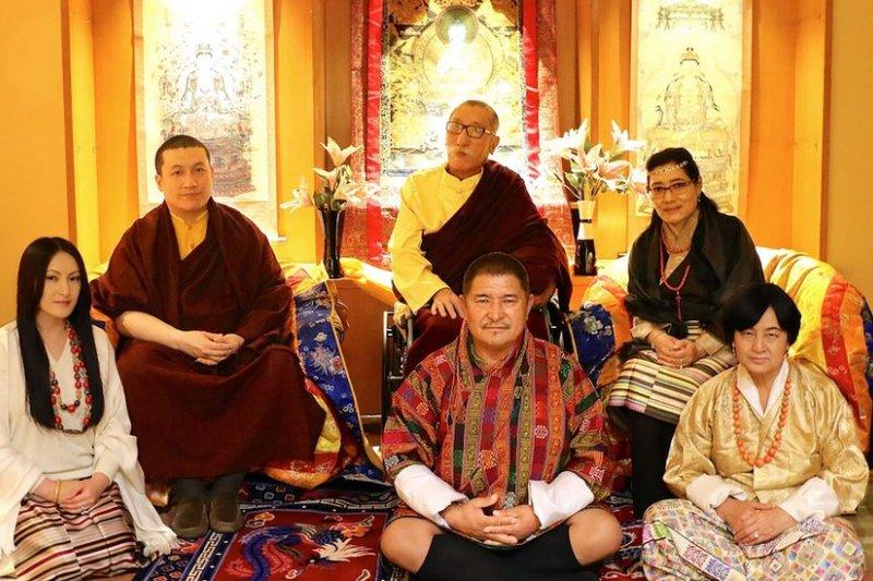 3曰25日赤列塔耶多吉和父母同女伴Rinchen Yangzom及其父母一起合影。(BBC中文網)