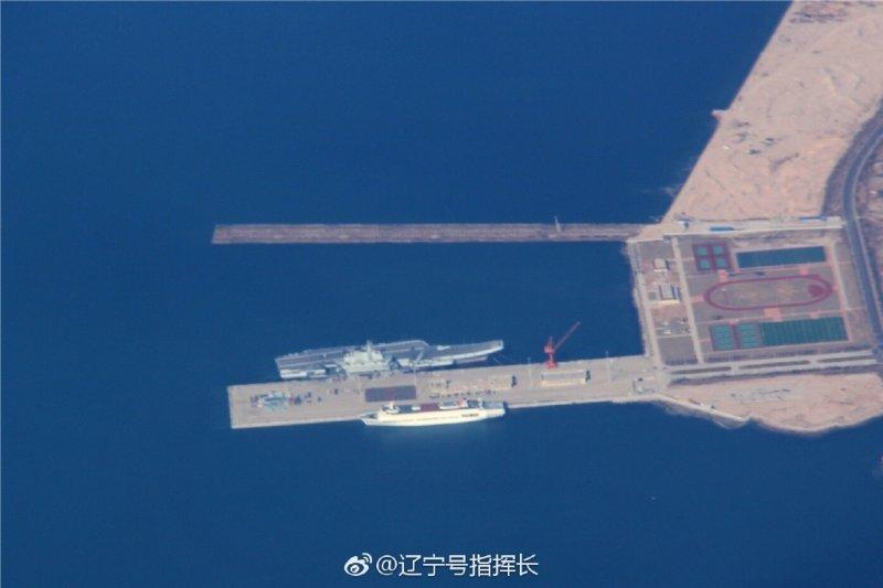 停泊在青島膠東航母基地的遼寧號航空母艦。