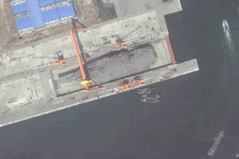 大連造船廠的001A中國國產航母衛星空拍照。