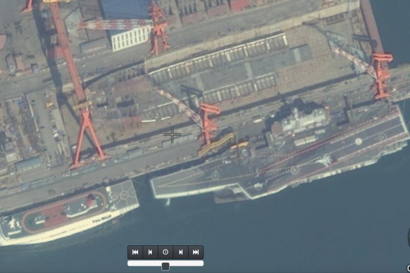 大連造船廠的001A中國國產航母衛星與遼寧號空拍照。