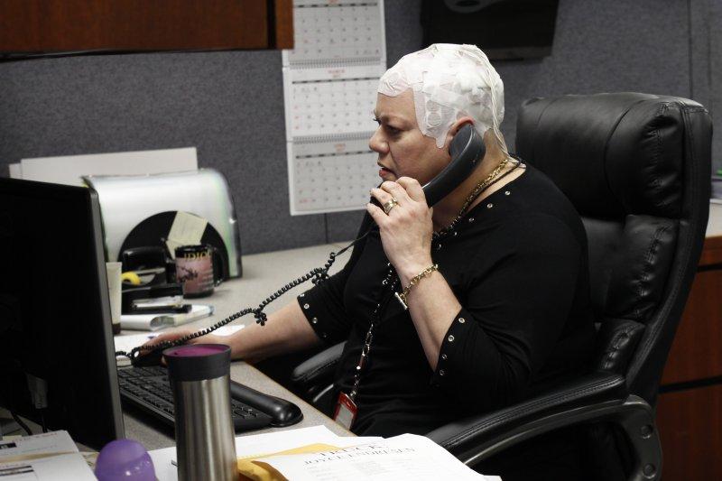 美國芝加哥的腦瘤病患安瑞森頭戴「Optune」裝置。(美聯社)