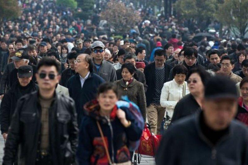 2016年清明節在上海祭祖的人群(BBC中文網)