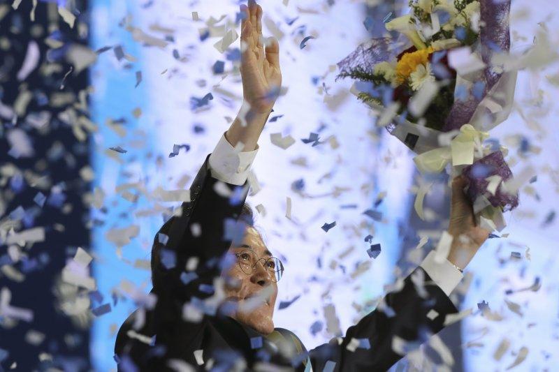 4月3日,文在寅獲「共同民主黨」提名為南韓總統候選人,並朝台下支持者揮手致意(美聯社)