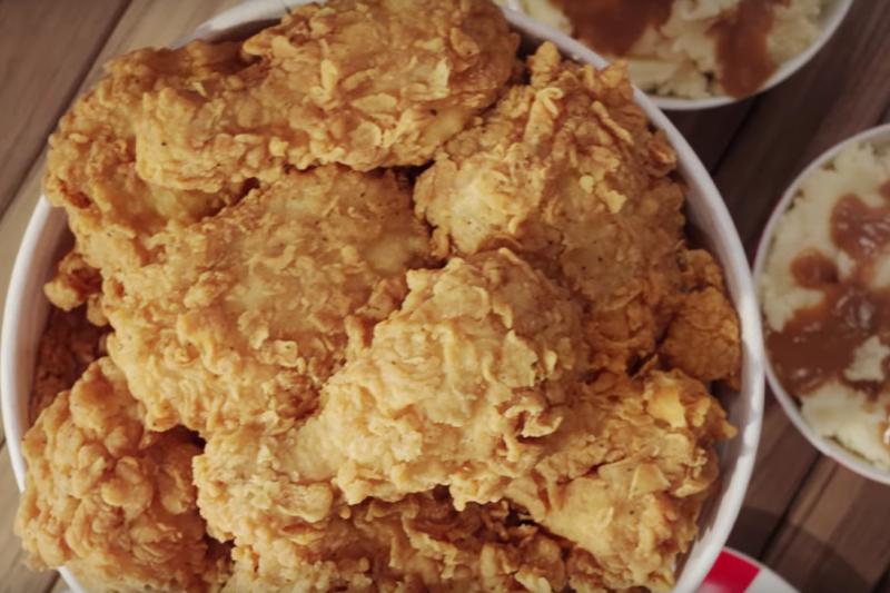紐西蘭郵政與肯德基合作推出炸雞外送服務。(截圖自YouTube)